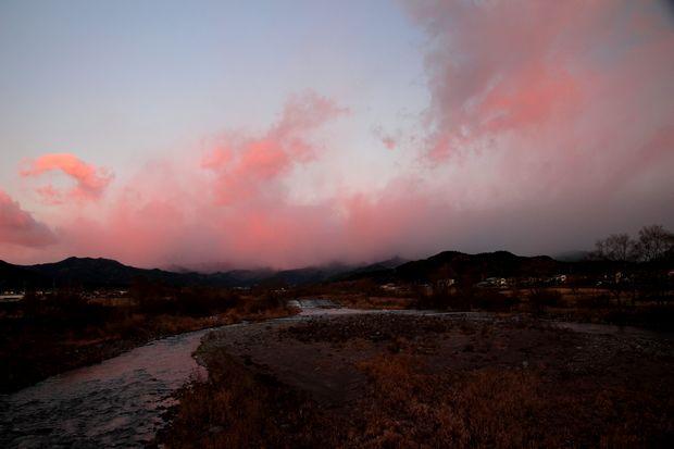 30,12,14ピンクの御簾と連山1-1b.jpg