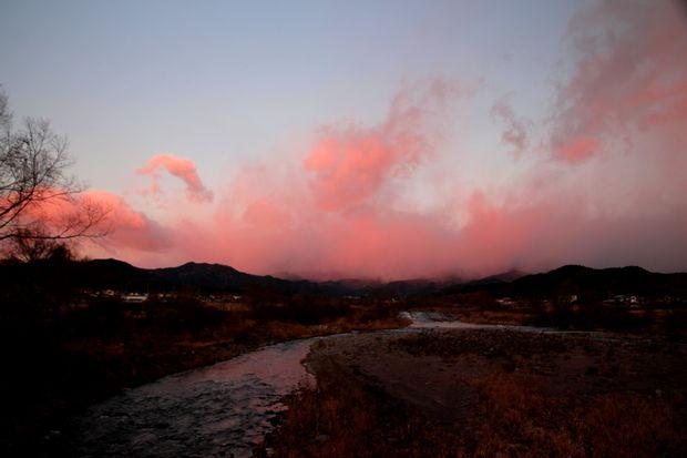30,12,14ピンクの御簾と連山1-3b.jpg
