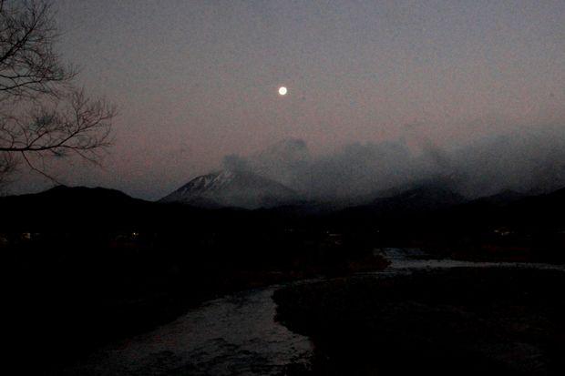 30,12,25十六夜残月と連山2-4'b.jpg