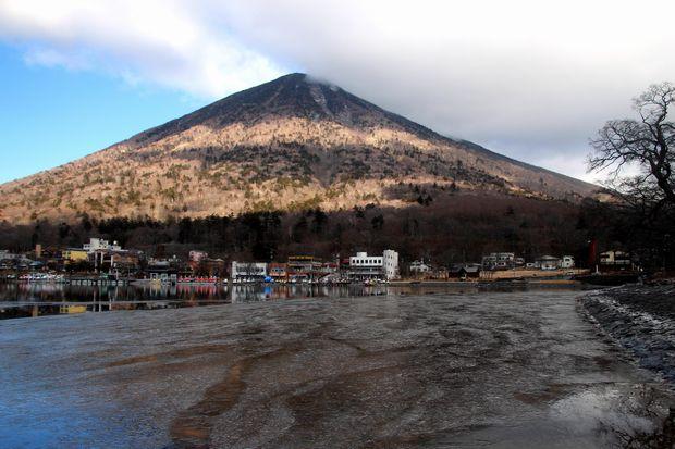 31,1,14中禅寺湖の氷と男体山、白根山1-4b.jpg