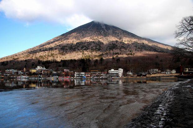 31,1,14中禅寺湖の氷と男体山、白根山2-2b.jpg