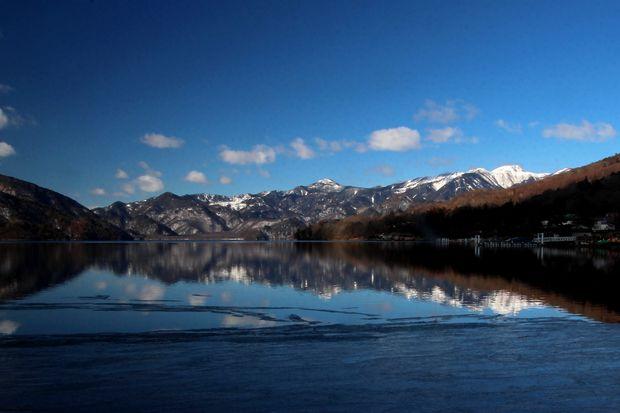 31,1,14中禅寺湖の氷と男体山、白根山2-3'b.jpg