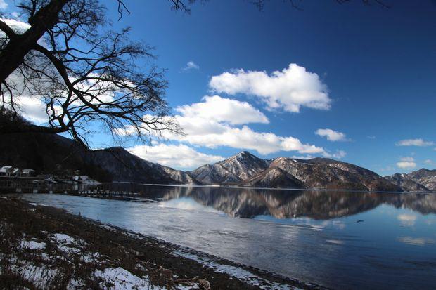 31,1,14中禅寺湖の氷と男体山、白根山2-5b.jpg